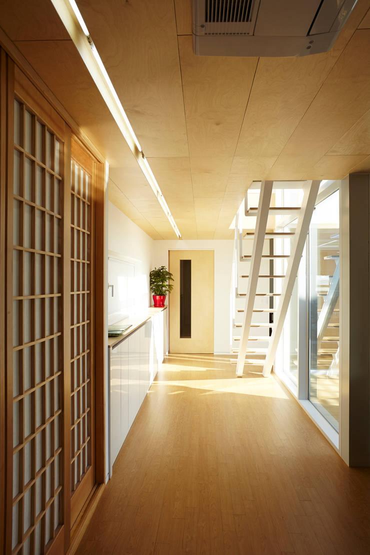 Couloir, entrée, escaliers modernes par 스마트건축사사무소 Moderne