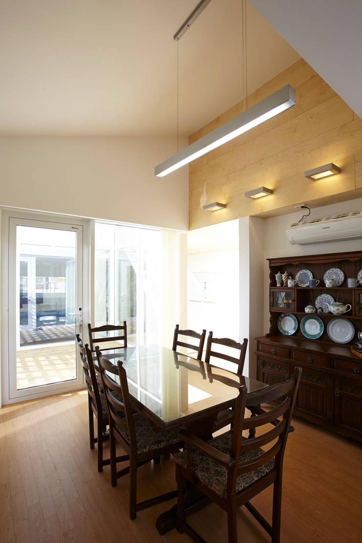 따뜻한 벽돌집: 스마트건축사사무소의  다이닝 룸