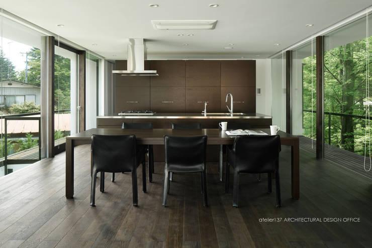 ダイニングキッチン~035カルイザワハウス: atelier137 ARCHITECTURAL DESIGN OFFICEが手掛けたキッチンです。