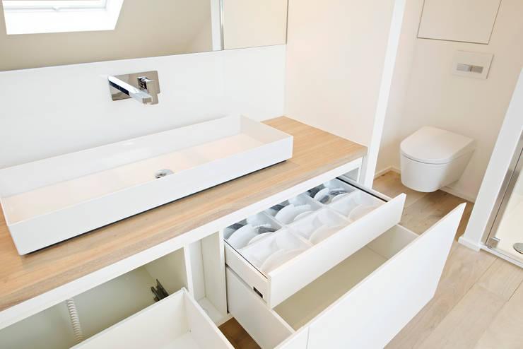 Waschtisch mit Echtholzplatte:  Badezimmer von Helm Design by Helm Einrichtung GmbH