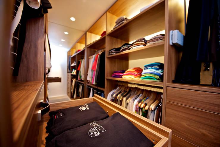 Vestidores y closets de estilo moderno por Helm Design by Helm Einrichtung GmbH