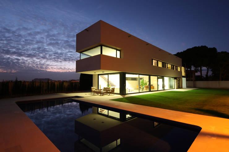 Exterior atardecer: Casas de estilo  de GOELIN ARQUITECTOS