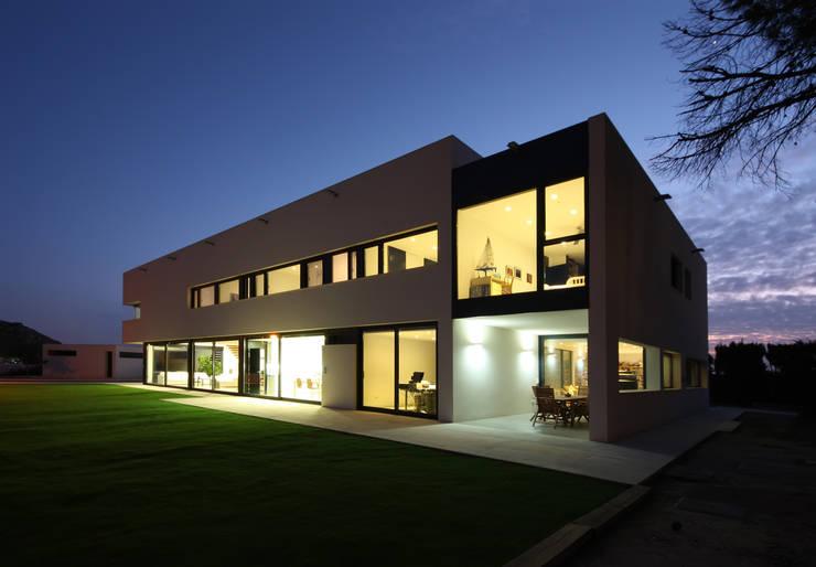 Exterior atardecer: Casas de estilo moderno de GOELIN ARQUITECTOS