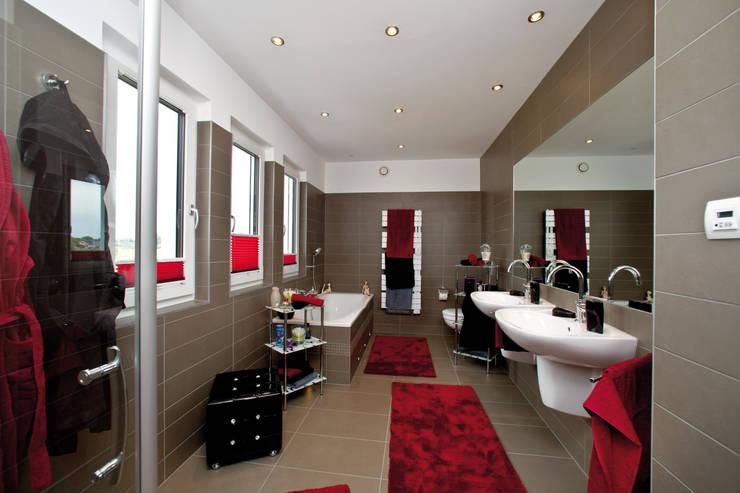Casas de banho modernas por ELK Fertighaus GmbH