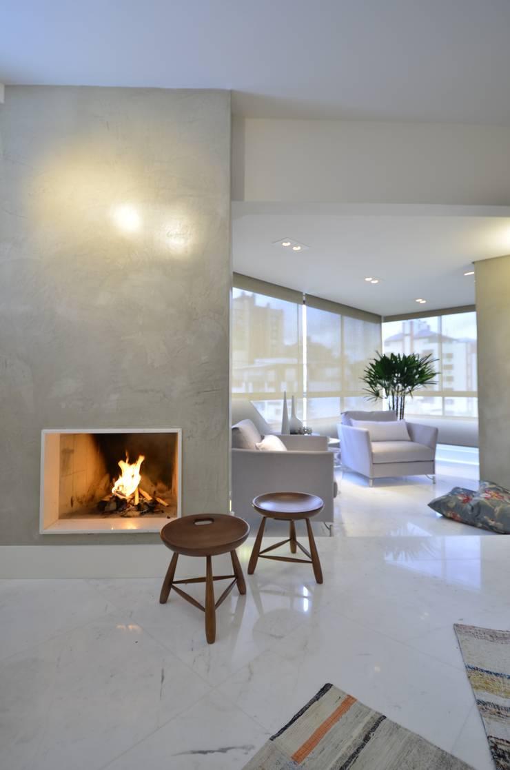 ห้องนั่งเล่น โดย karen feldman arquitetos associados, มินิมัล