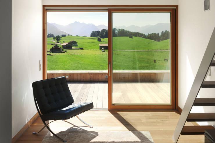 Projekty,  Korytarz, przedpokój zaprojektowane przez Carlos Zwick Architekten