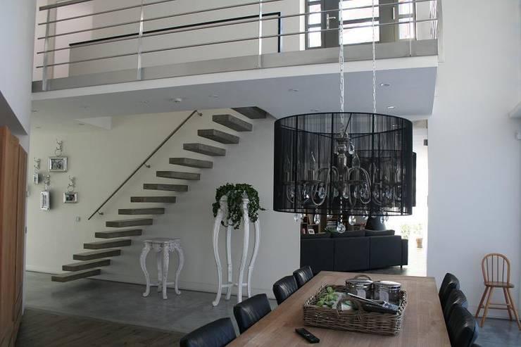Vestíbulos, pasillos y escaleras de estilo  de Allstairs Trappenshowroom