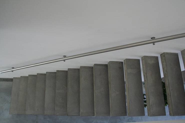 Zwevende betonnen trappen:  Gang, hal & trappenhuis door Allstairs Trappenshowroom
