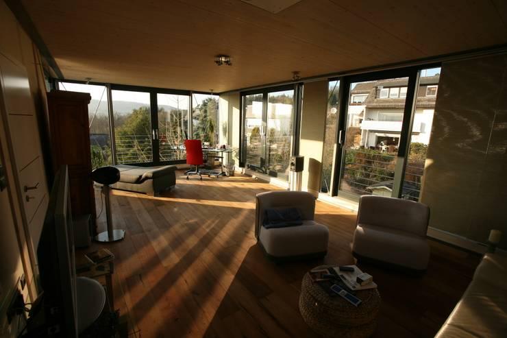 Moderne Wohnhauserweiterung in Hessen:  Arbeitszimmer von PlanWerk Nowoczyn Architekten