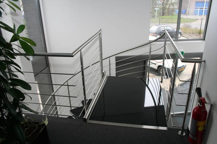Natuurstenen RVS spiraaltrap met vrijdragende natuursteen treden:  Gang, hal & trappenhuis door Allstairs Trappenshowroom