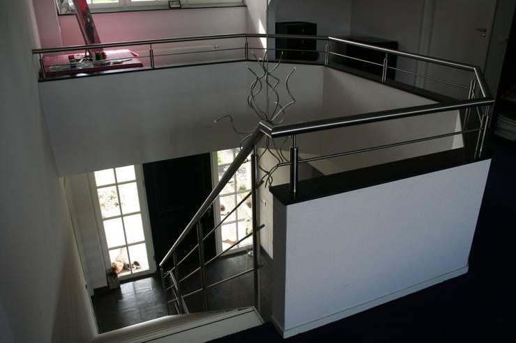 Exclusieve aluminium Allstairs trappen: modern  door Allstairs Trappenshowroom, Modern