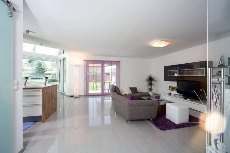 ELK Haus 189: moderne Wohnzimmer von ELK Fertighaus GmbH