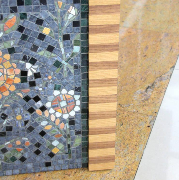 Mojetno - regionalny dekor z mozaiki marmurowej: styl , w kategorii Salon zaprojektowany przez GRANMAR Borowa Góra - granit, marmur, konglomerat kwarcowy