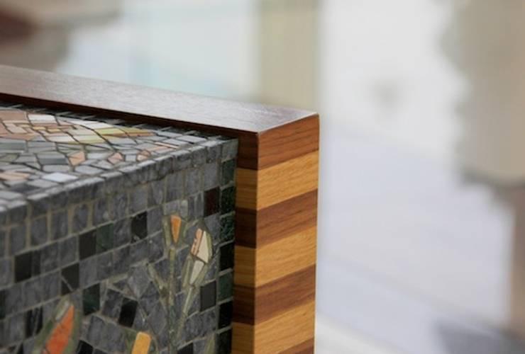 Naturalny fornir i mozaika marmurowa : styl , w kategorii Salon zaprojektowany przez GRANMAR Borowa Góra - granit, marmur, konglomerat kwarcowy