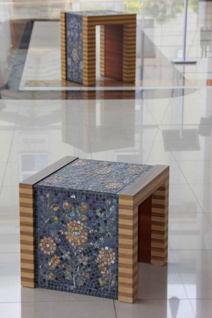 Stolik z wykorzystaniem mozaiki marmurowej : styl , w kategorii Salon zaprojektowany przez GRANMAR Borowa Góra - granit, marmur, konglomerat kwarcowy