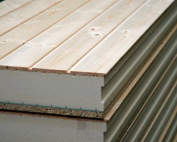 Panel de madera con núcleo aislante y acabado decorativo en madera natural.:  de estilo  de panelestudio