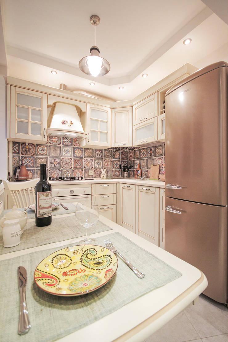 Квартира на Войковской Pakers: Кухни в . Автор – ДизайновТочкаРу, Кантри