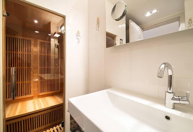 Prins Hendrikstraat: moderne Badkamer door De Werff Architectuur