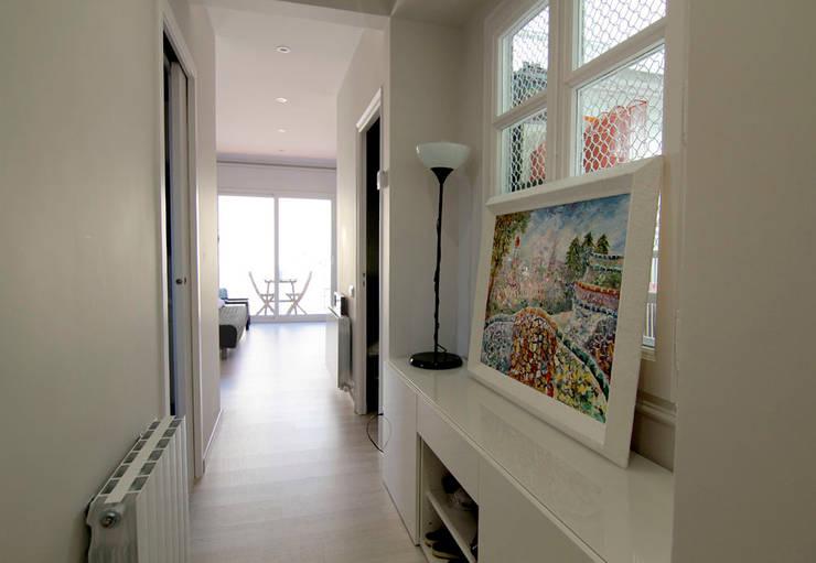 La casa de Maga: Pasillos y vestíbulos de estilo  de Silvia R. Mallafré