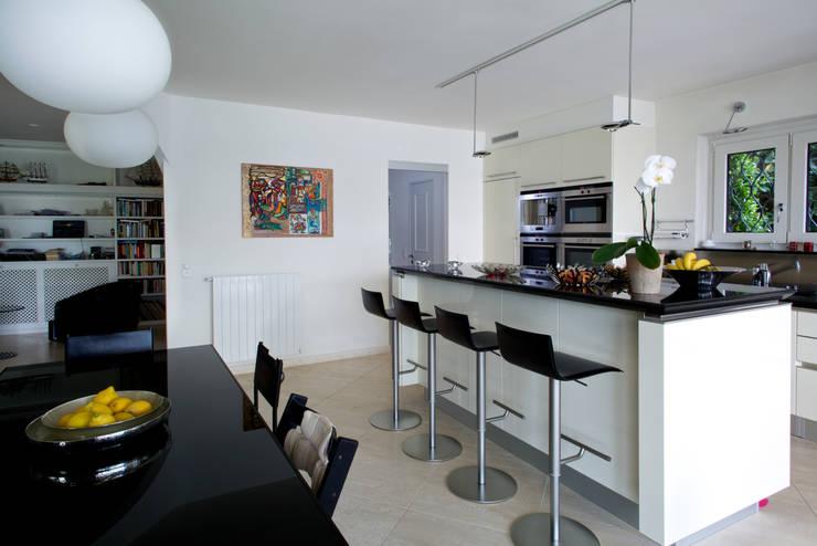 Splendida vista sul lago di Lugano: Cucina in stile  di DF Design