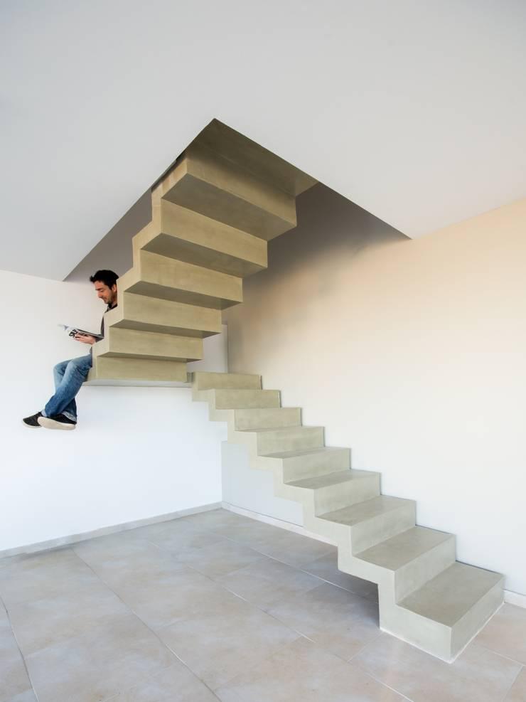 Casas Apareadas: Pasillos y recibidores de estilo  por Estudio A+3,