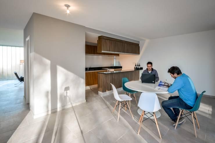 Casas Apareadas: Livings de estilo  por Estudio A+3,