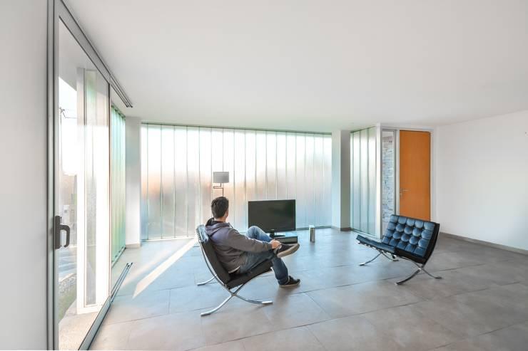 Casas Apareadas: Livings de estilo  por Estudio A+3