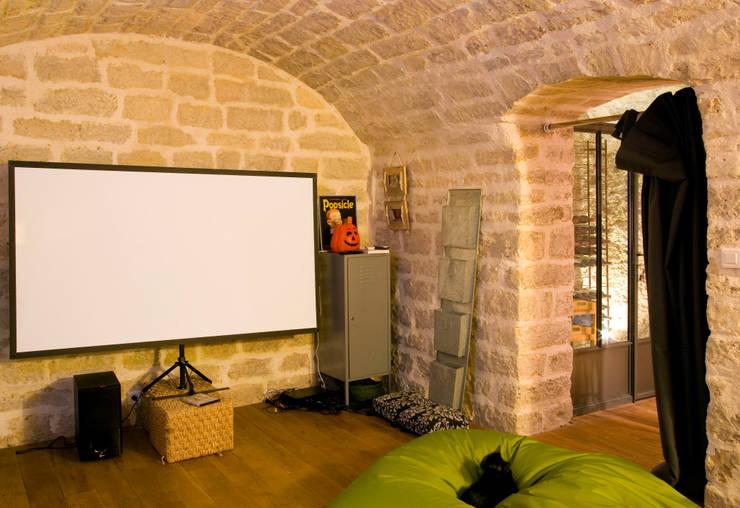 Transformation d'un atelier de menuiserie en maison familiale : Salle multimédia de style  par ATELIER FB