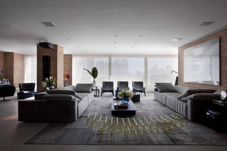 Ap. adaptado - cadeirante: Salas de estar  por Marcelo Rosset Arquitetura