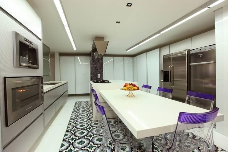 Edifício Jardim Atlântico : Cozinhas modernas por Rodrigo Maia Arquitetura + Design