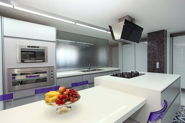 Edifício Jardim Atlântico : Cozinhas  por Rodrigo Maia Arquitetura + Design