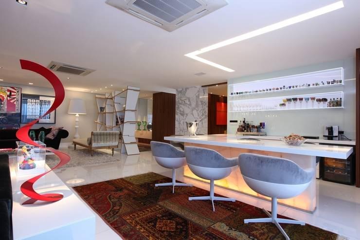 Edifício Jardim Atlântico : Salas de estar  por Rodrigo Maia Arquitetura + Design