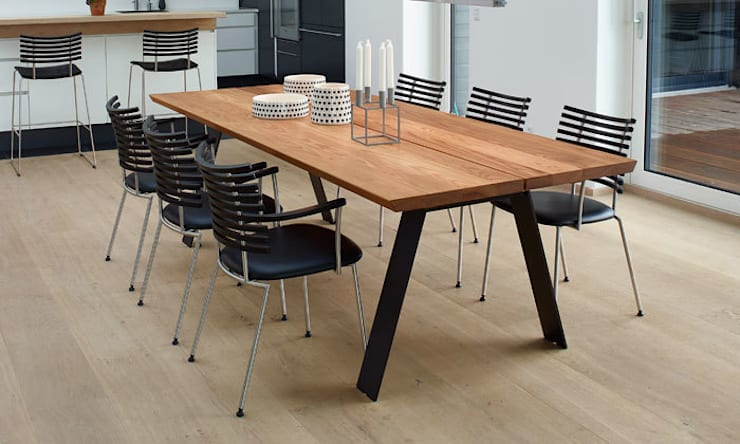 Plank table de repas design scandinave en bois massif: Salle à manger de style  par Le Studio des Collections