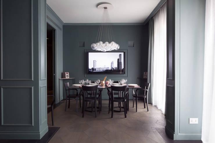 La sala da pranzo: Sala da pranzo in stile  di Studio Andrea Castrignano