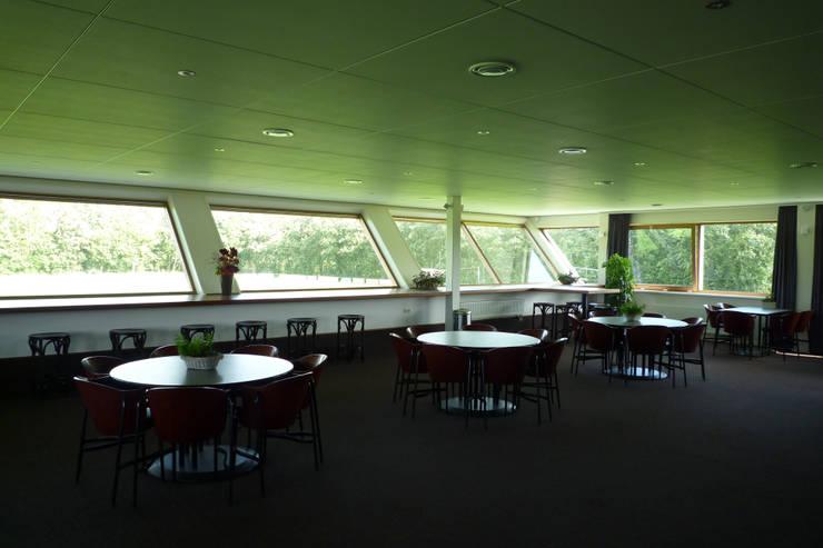 Sportaccommodatie te Sint Annaparochie:  Evenementenlocaties door Dorenbos Architekten bv, Modern