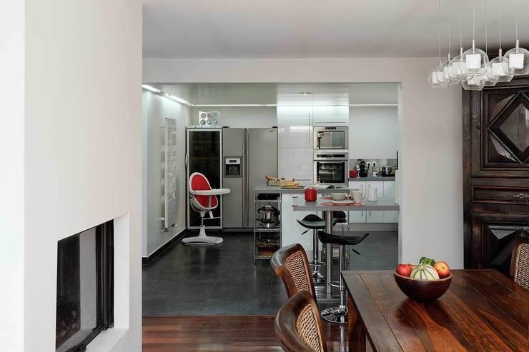 Réfection complète d'une maison à Colombes + extension, 170m² : Cuisine de style  par ATELIER FB