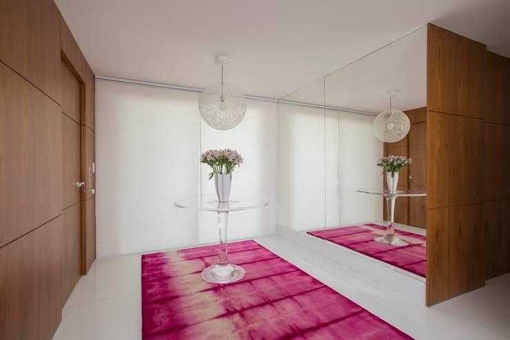 Ed. Único Condominium Classic: Corredores e halls de entrada  por Rodrigo Maia Arquitetura + Design