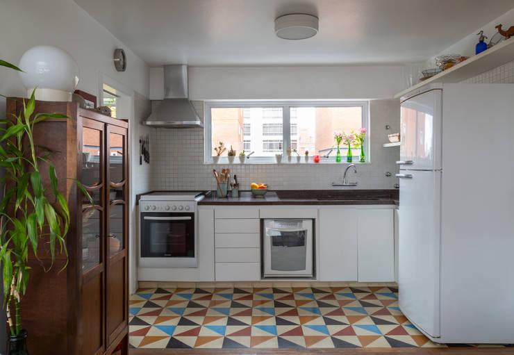 Apartamento Jardins - São Paulo: Cozinhas  por Lucia Manzano