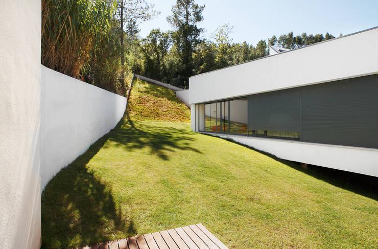 Casa Almalaguês: Casas  por António Carvalho - Arquitectura e Urbanismo, Lda.