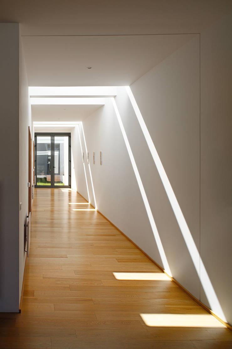Casa Almalaguês: Corredores e halls de entrada  por António Carvalho - Arquitectura e Urbanismo, Lda.