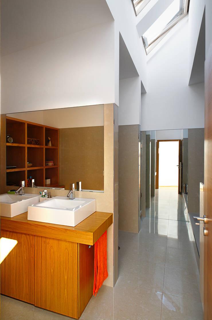 Casa Almalaguês: Casas de banho  por António Carvalho - Arquitectura e Urbanismo, Lda.