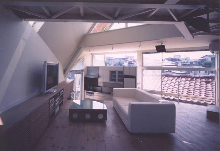 リビング: 一級建築士事務所 バサロ計画が手掛けたリビングです。