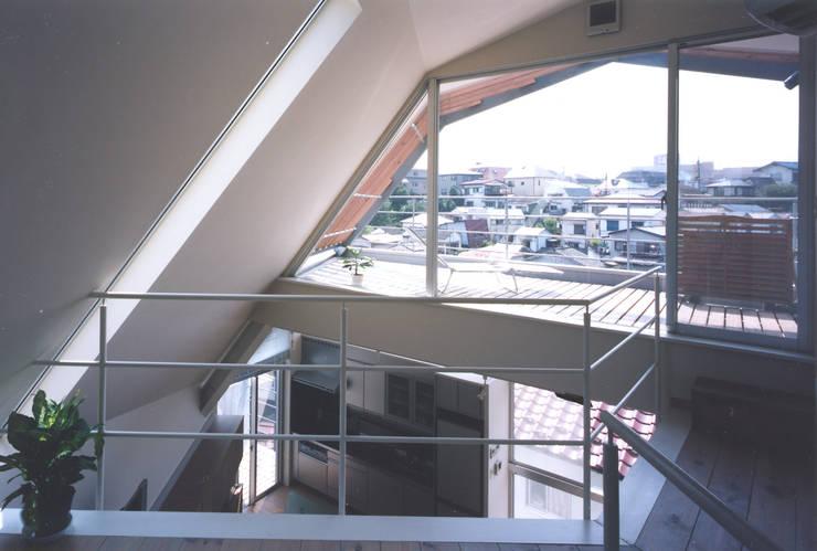 書斎よりバルコニーを見る: 一級建築士事務所 バサロ計画が手掛けた和室です。