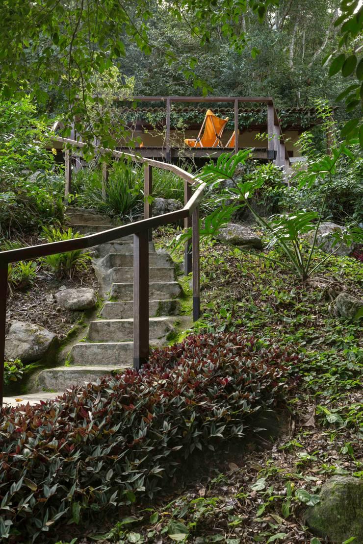 Casa de praia - Guaecá SP: Jardins  por Lucia Manzano