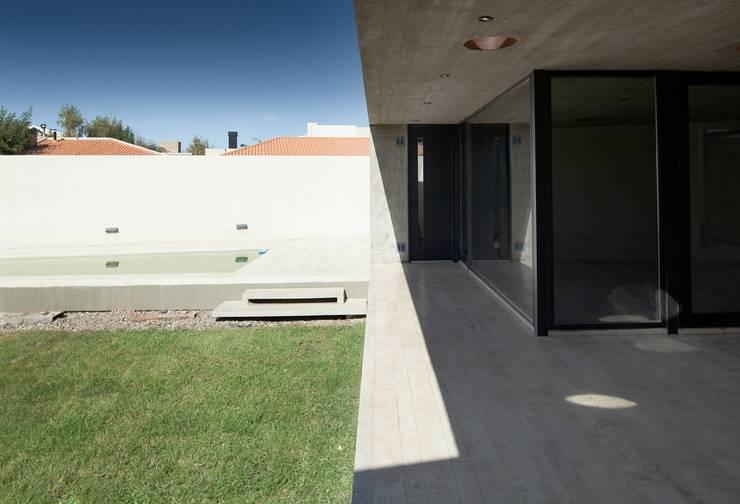  VIVIENDA UNIFAMILIAR K.G. : Jardines de estilo  por DMS Arquitectura