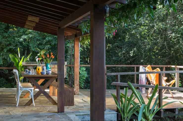 Casa de praia - Guaecá SP: Terraços  por Lucia Manzano
