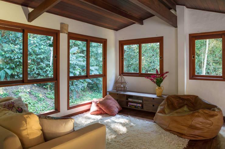 Casa de praia - Guaecá SP: Salas de estar rústicas por Lucia Manzano