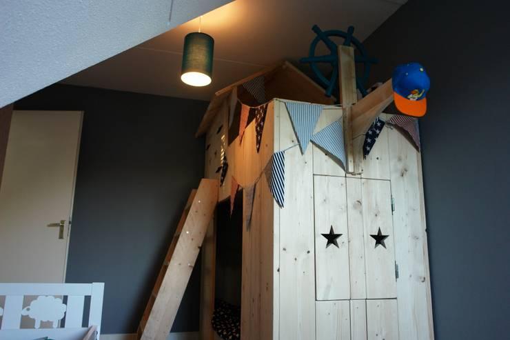 piratenbed: minimalistische Kinderkamer door klauterkamer