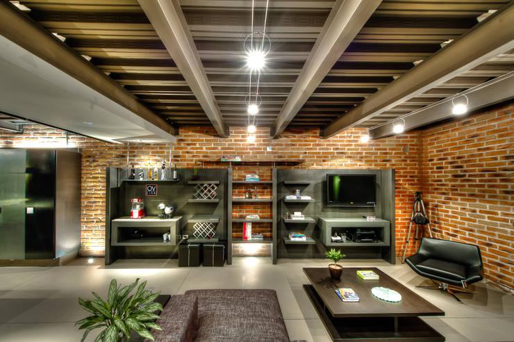 Casa Bugambilia: Hogar de estilo  por Con Contenedores S.A. de C.V.