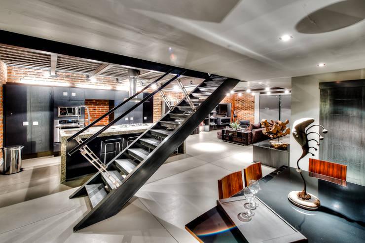 Casa Bugambilia: Vestíbulos, pasillos y escaleras de estilo  por Con Contenedores S.A. de C.V.